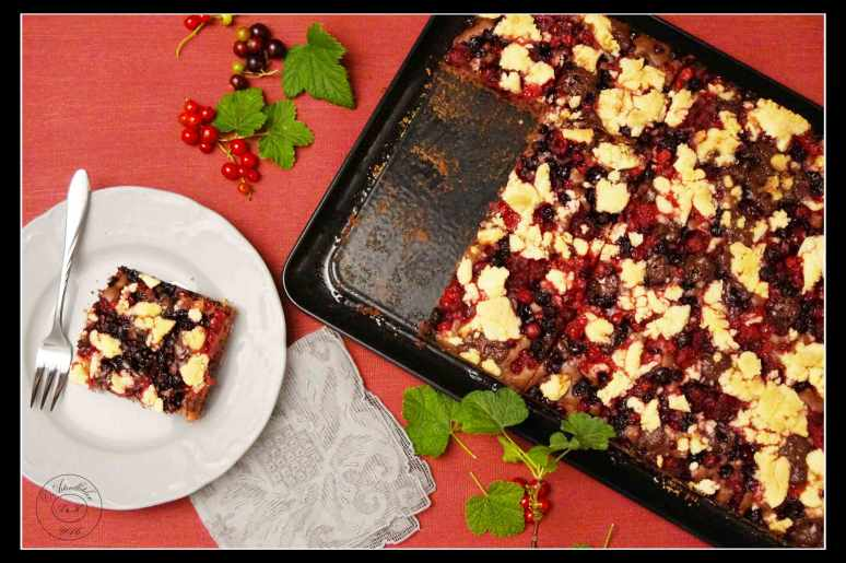 Crumble-Berry-Cake-on-a-Tray-2s