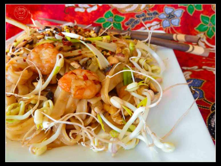pad-thai-thai-fried-noodles-with-mung-beans-and-peanuts